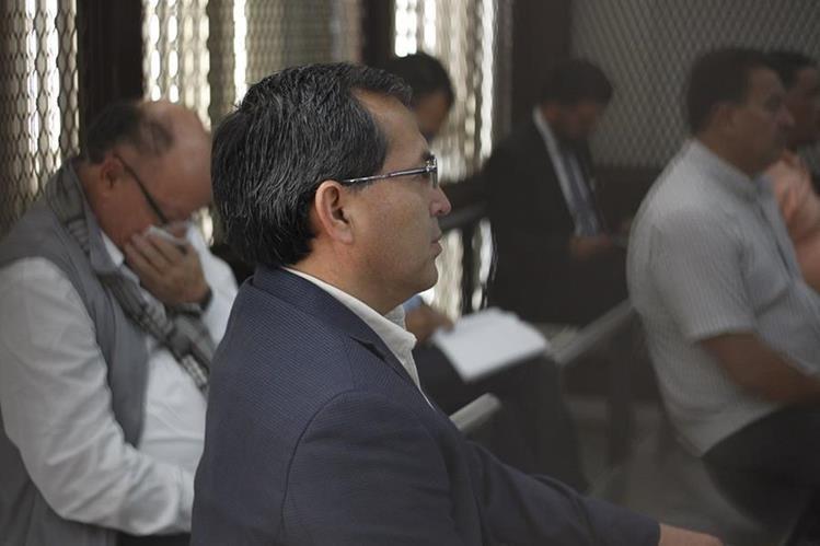 El exministro de Agricultura, Élmer López Rodríguez, escucha las grabaciones telefónicas del caso. (Foto Prensa Libre: Paulo Raquec)