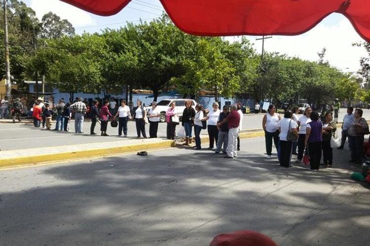 Personas de la tercera edad bloquean el tránsito en protesta por la falta de medicinas en el Camip Pamplona. (Foto Prensa Libre: @express_foto)