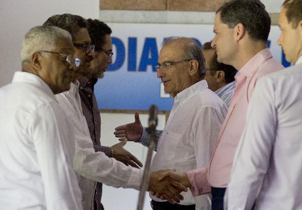 Grupo de negociadores del gobierno de Colombia saluda arepresentantes de la guerrilla Farc.