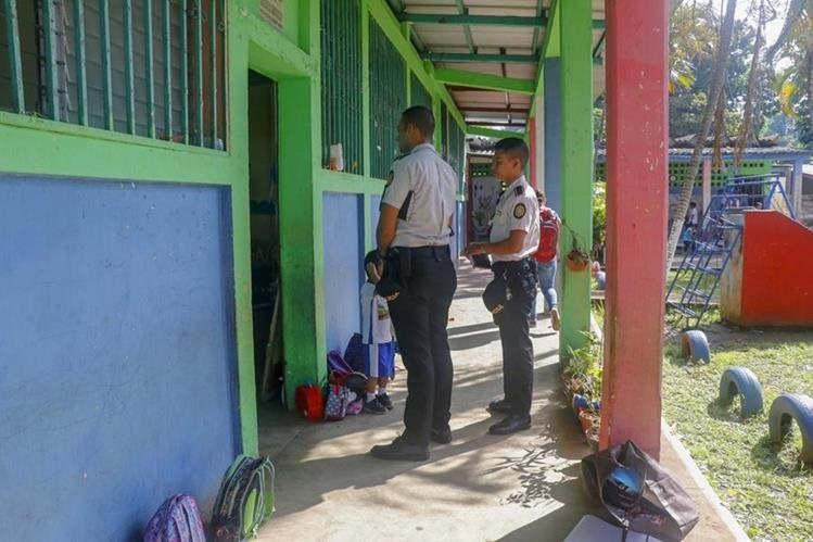 Policías inspeccionan la Escuela de Párvulos Soledad Ayau, zona 3 de Retalhuleu. (Foto Prensa Libre: Rolando Miranda)