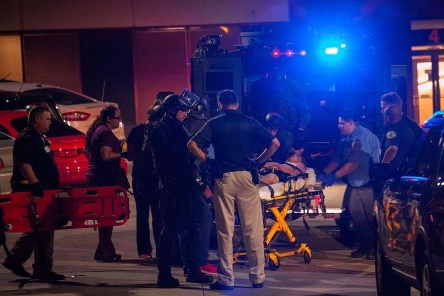 Paramédicos trasladan a un herido en protestas de Milwaukee. (Foto Prensa Libre: AFP)