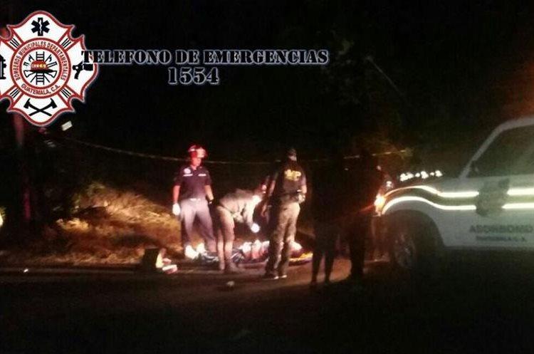 Autoridades rescataron el cadáver de un hombre dentro de un vehículo que cayó al barranco. (Foto Prensa Libre: CBMD)
