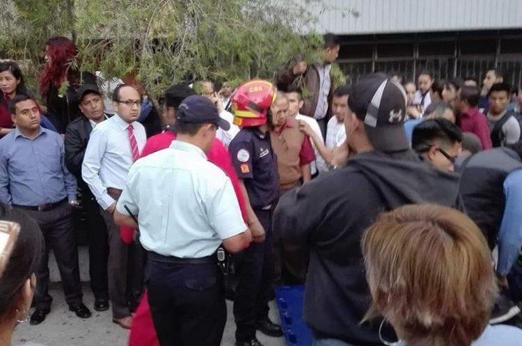 Bomberos auxilian a los heridos. (Foto Prensa Libre: Cortesía Jennifer Domínguez).