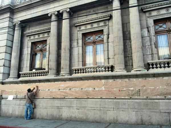 Con papel fue colocado el mural para colocar mensajes. (Foto Prensa Libre: Rosa Bolaños)