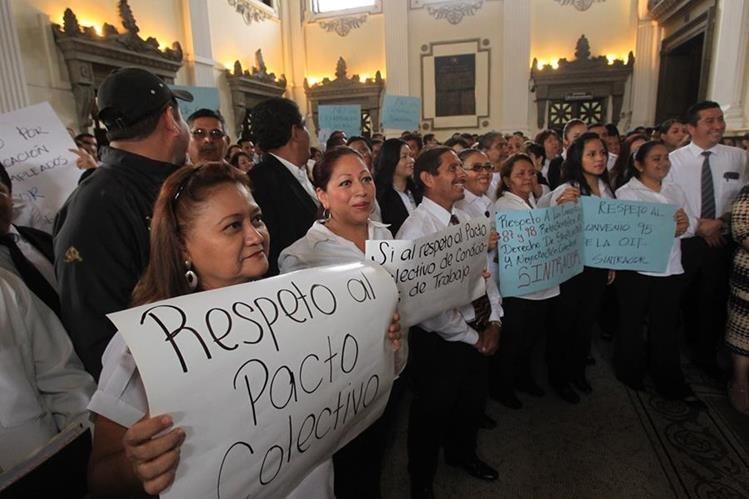 Trabajadores del Congreso han exigido respeto al Pacto Colectivo, luego de que el presidente Mario Taracena anunciara la solicitud de destituciones. (Foto Prensa Libre: Hemeroteca)