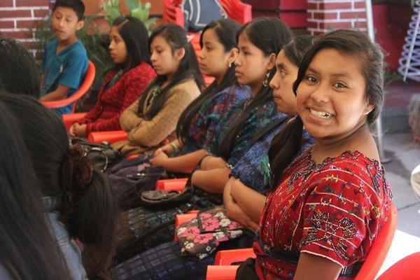 <p>Mujeres menores de Sololá escuchan información de la asociación Ademkan, relacionada con los embarazos en adolescentes. (Foto Prensa Libre: Ángel Julajuj) <br></p>