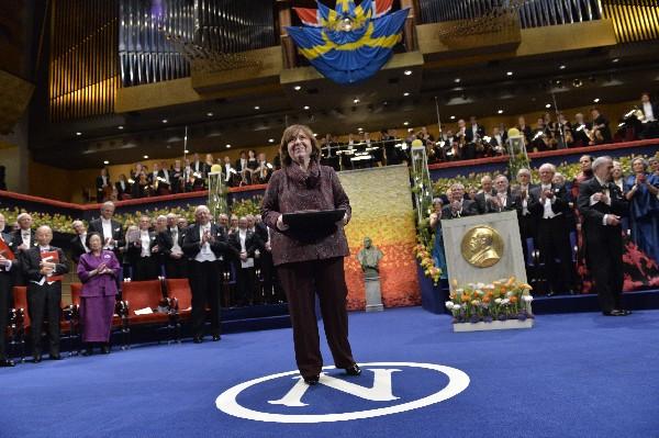 Svetlana Alexievich recibió el Premio Nobel en Estocolmo, Suecia. (Foto Prensa Libre: Hemeroteca PL)