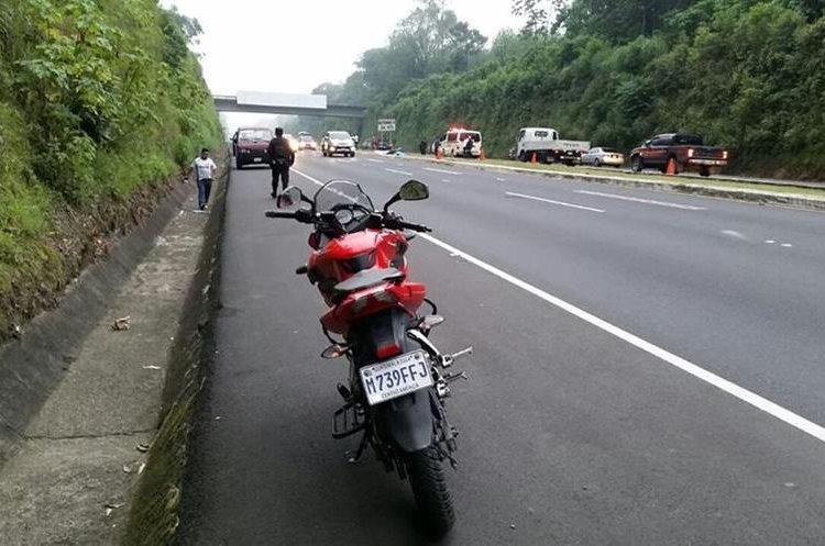 Motocicleta en la que se transportaban los fallecidos. (Foto Prensa Libre: Enrique Paredes).
