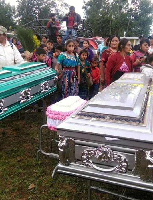 Vecinos de Patzité, Quiché, contemplan los ataúdes de los fallecidos. (Foto Prensa Libre: Óscar Figueroa)