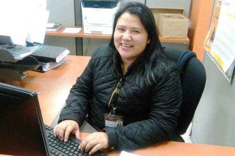 Mildred Joaquín indica que entre sus aspiraciones inmediatas está la de ser agente fiscal. (Foto Prensa Libre)