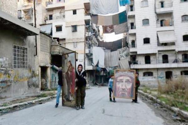 JÓVENES SIRIOS con pinturas religiosas caminan hacia una iglesia católica en Alepo.