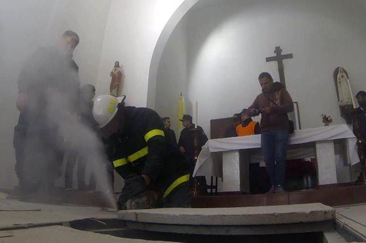 La Policía encontró tres bóvedas ocultas en el monasterio. (Foto Prensa Libre: AP).