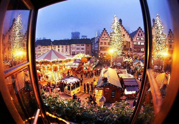 Los alemanes disfrutan del tradicional mercado de Navidad en Frankfurt, Alemania. (AFP).