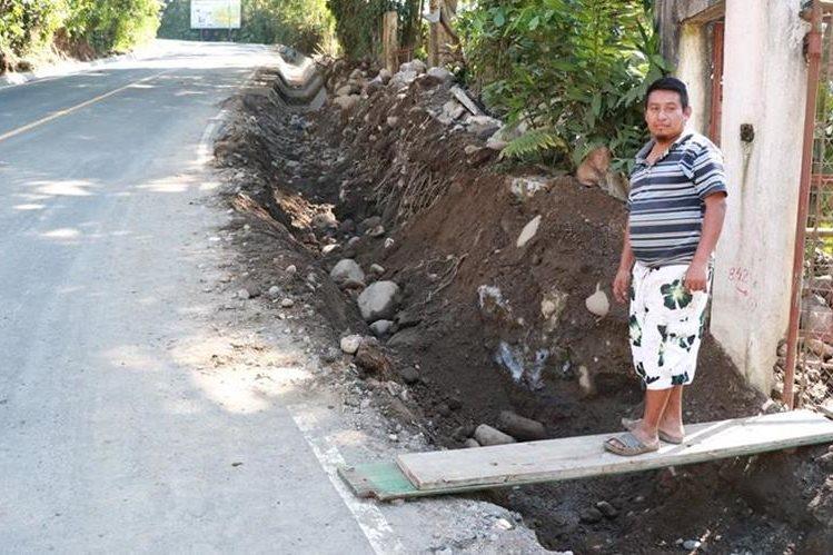 Antonio Poz es uno de los afectados por la falta de cunetas en la carretera inaugurada este sábado. (Foto Prensa Libre: Cristian I. Soto)