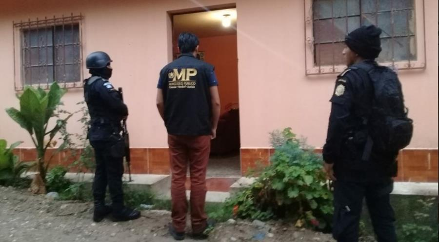 Los allanamientos se desarrollan en la zona 18 en busca de los miembros de una estructura señalada de tráfico de migrantes. (Foto Prensa Libre: MP)