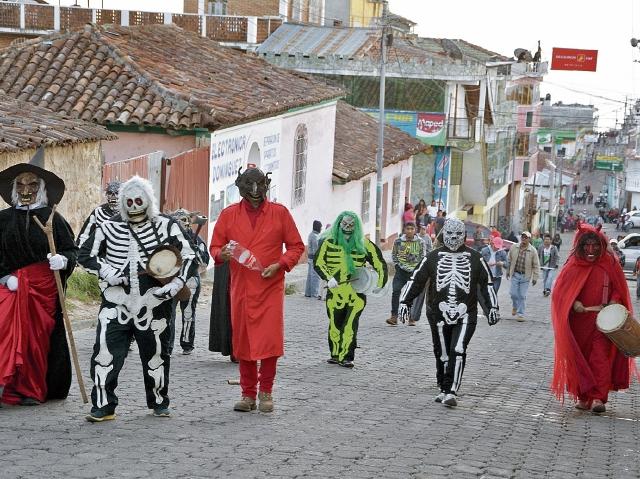 Integrantes de   la danza del Tantabal, en Sololá, recorren las calles del pueblo  cada 8 de diciembre, para conmemorar la inmaculada concepción de María.  (Foto Prensa Libre: Édgar René Sáenz)
