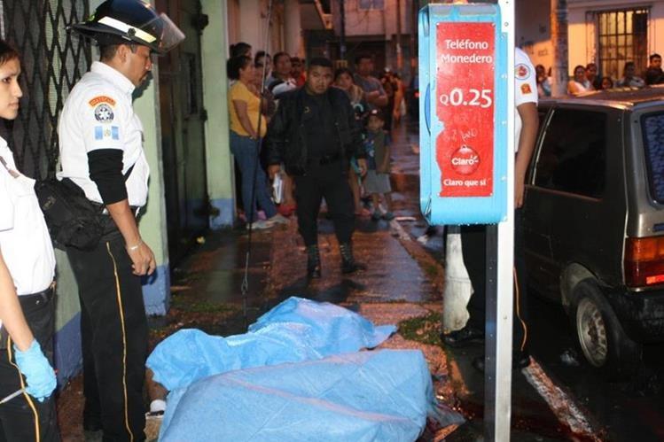 Dos hombres fueron atacados en la 25 calle y 29 avenida de la colonia 4 de Febrero, zona 7 (Foto Prensa Libre: Cortesía CBV).