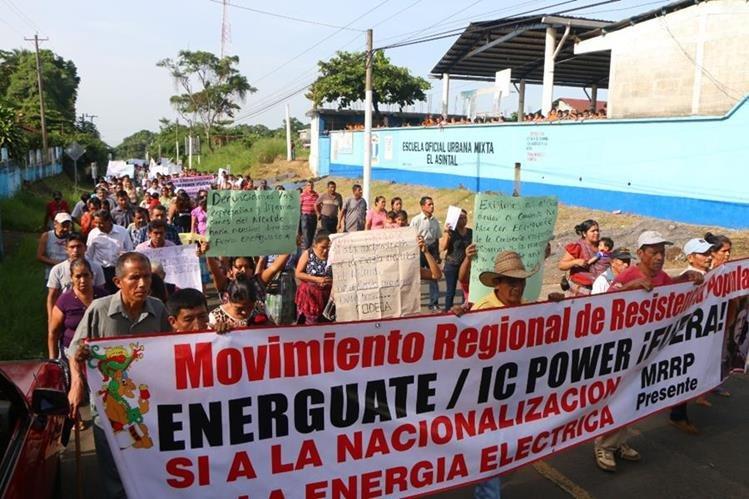 Manifestantes pasan por una de las calles de El Asintal, Retalhuleu. (Foto Prensa Libre: Rolando Miranda).