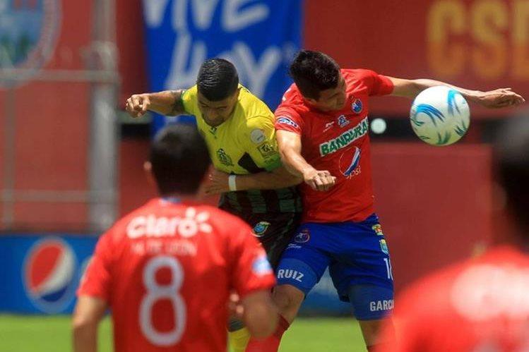 Ambos equipos tuvieron escasas oportunidades de gol en El Trébol. (Foto Prensa Libre: Carlos Vicente)