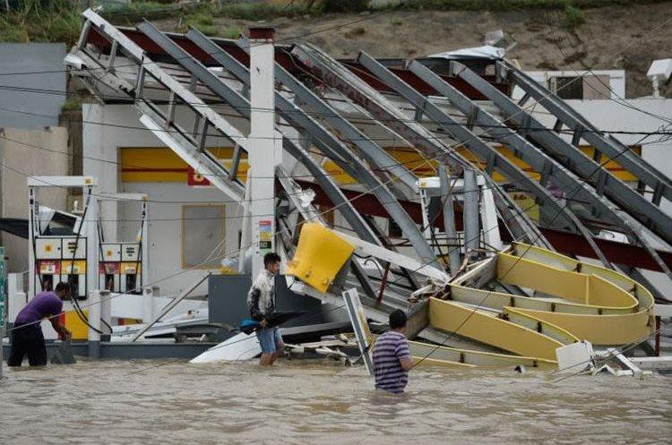Una estación de servicio inundada y destruida por el paso del Huracán María en Puerto Rico. (Foto Prensa Libre: AP)