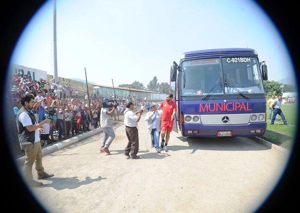 Carlos Ruiz desciende del bus rojo, en el estadio municipal de Amatitlán, mientras los aficionados le aclaman. (Foto Prensa Libre: Edwin Fajardo)
