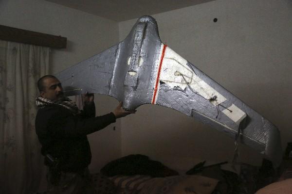 Un dron fue hallado en el taller de drones del Estado Islámico en Mosul,Irak. (AP).