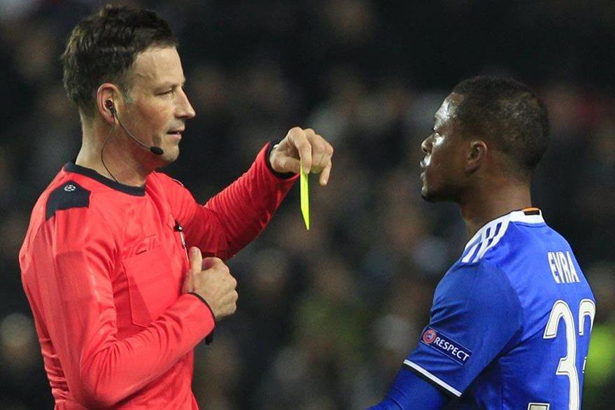 Mark Clattenburg durante uno de los partidos de la Champions League le muestra una tarjeta amarilla a Patrice Evra. (Foto Prensa Libre: AP)