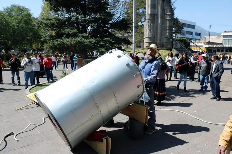 """Osvaldo Ochoa, """"el Caminante"""", mostró su inconformidad a las políticas del presidente de EE. UU. Donald Trump con un tambor gigante. (Foto Prensa Libre: Carlos Ventura)"""