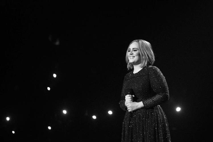 Adele dedicó un concierto a la separación de Angelina Jolie y Brad Pitt. (Foto Prensa Libre: Instagram/ Adele)