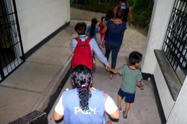 Los hermanos son llevados al juzgado de paz para posteriormente llevarlos a una casa hogar.
