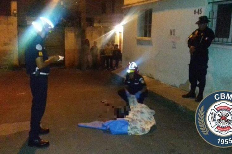 Un menor de 16 años fue asesinado en la zona 7 de Mixco. (Foto Prensa Libre: Bomberos Municipales).