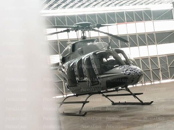 El helicóptero permanece en un hangar del aeropuerto La Aurora, inmovilizado por el MP. (Foto Prensa Libre: Estuardo Paredes)