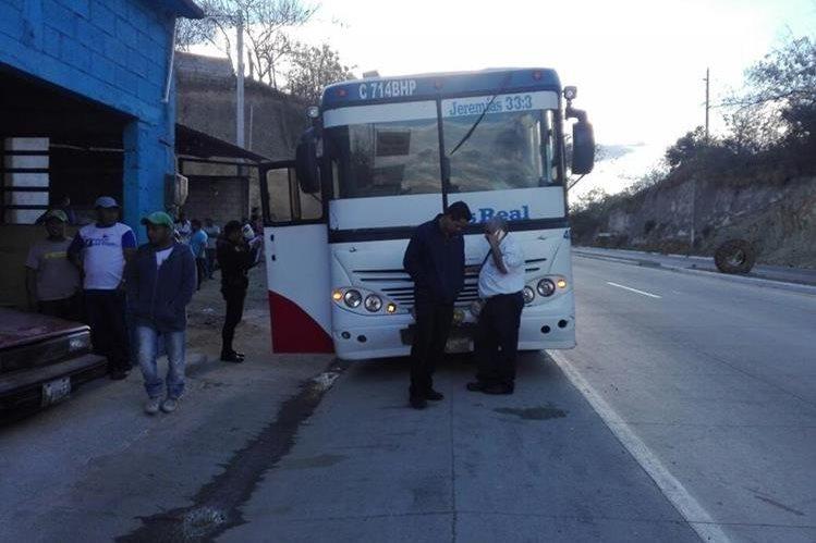 Autobús en el que los usuarios fueron asaltados en la ruta al Atlántico. (Foto Prensa Libre: Hugo Oliva).