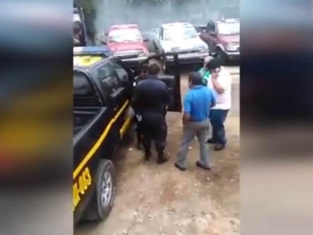 Dos agentes de la PNC son grabados por un usuario cuando retiene un autobús. (Foto Prensa Libre)