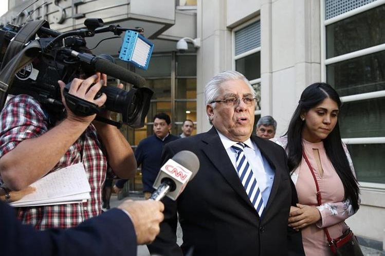 Héctor Trujillo sale de la corte federal de Brooklyn, Nueva York, donde escuchó la sentencia. (Foto: AP)