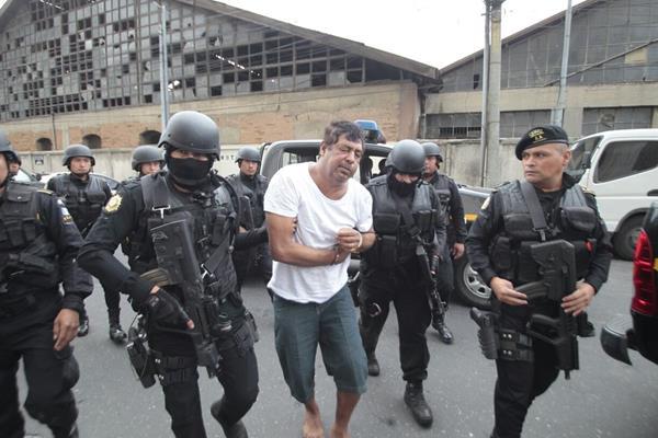 Manfredo Cordón es trasladado hacia torre de Tribunales, en la capital, luego de su detención en Champerico, Retalhuleu. (Foto: HemerotecaPL)