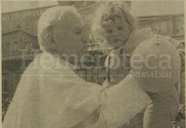 Segundos antes del atentado, el 13 de mayo de 1981, Juan Pablo II cargó a una niña. (Foto: Hemeroteca PL)