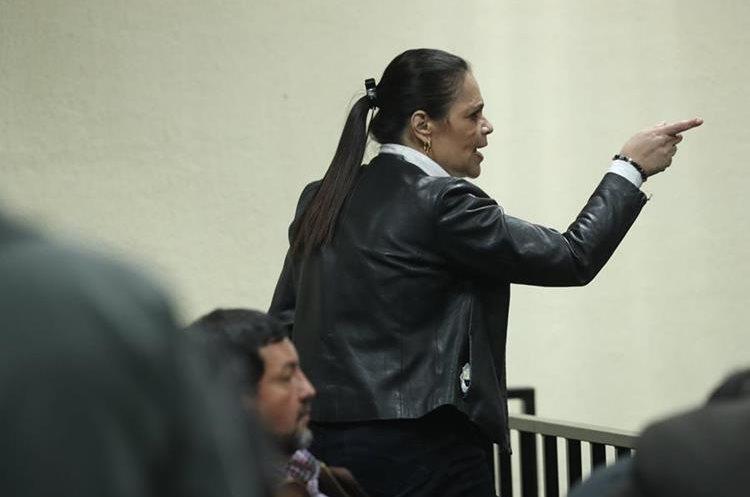 La ex vicepresidenta Roxana Baldetti, momentos antes de escuchar la sentencia por el caso Agua Mágica. (Foto Prensa Libre: Esbin García)