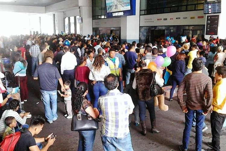 Personas esperan la llegada de vuelos internacionales, pero están retrasados por desvíos y asuntos administrativos. (Foto Prensa Libre: Cortesía)