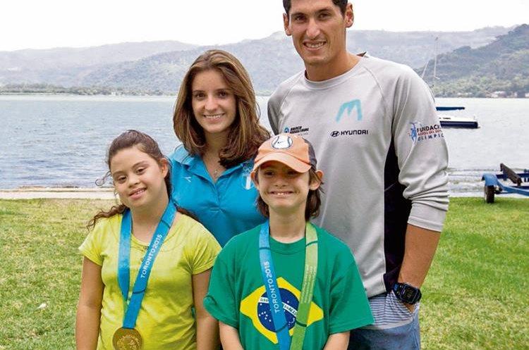 Juan Ignacio Maegli e Irene Abascal colocaron las medallas en el cuello de los niños de la Fundación Margarita Tejada.