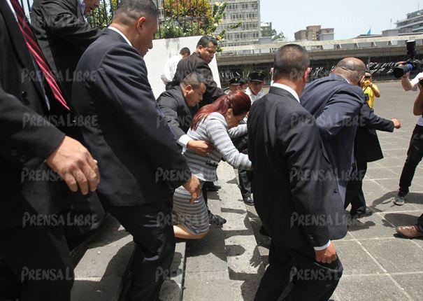 Roxana Baldetti cae al salir de la torre de Tribunales a donde acudió para pedir el desembargo de bienes. (Foto Prensa Libre: Hemeroteca PL).