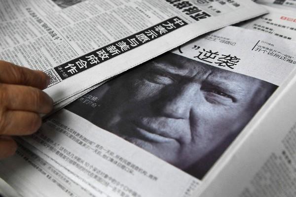 Un periódico chino destaca en su portada las posturas políticas de Donald Trump sobre China.(AFP).