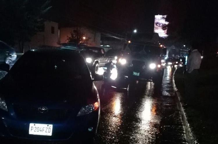 Doble colisión afectó el paso en la 52 calle de la calzada Aguilar Batres. (Foto Prensa Libre: Dalia Santos)