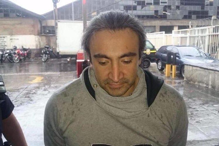 Víctor Adolfo Samuel de León fue capturado en el aeropuerto La Aurora. (Foto Prensa Libre: Mingob)