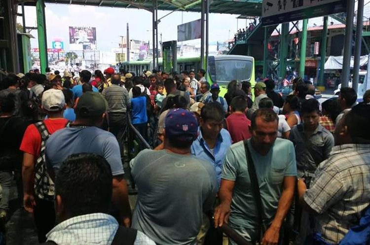 Varias personas quedaron varadas en las paradas del Transmetro.