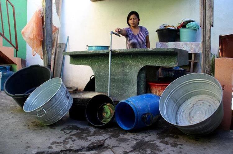 En la zona cuatro de Huehuetenango, con frecuencia amas de casa no reciben agua en las cañerías municipales.  (Foto Prensa Libre: Mike Castillo)