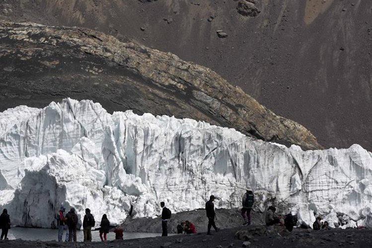 """Turistas visitan el glaciar Pastoruri, en un recorrido llamado """"La ruta del cambio climático"""", en Huaraz, Perú. (Foto Prensa Libre: AP)."""