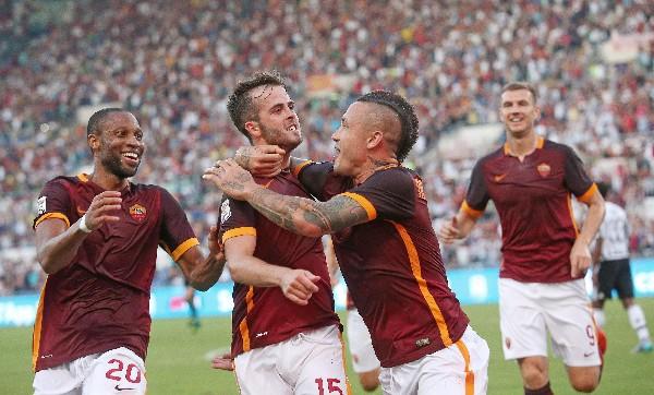 Los jugadores de la Roma festejaron ante la Juve. (Foto Prensa Libre: EFE)