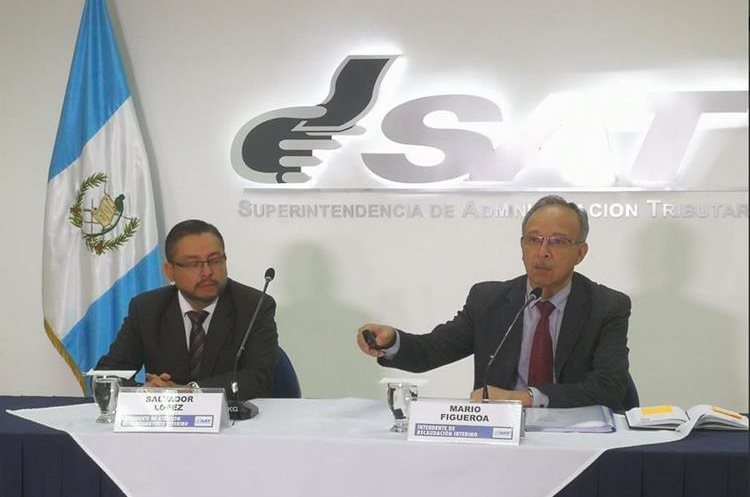Los intendentes Salvador López y Mario Figueroa explican los procedimientos para imprimir incentivos de vehículos de manera electrónica. (Foto Prensa Libre: Urías Gamarro)