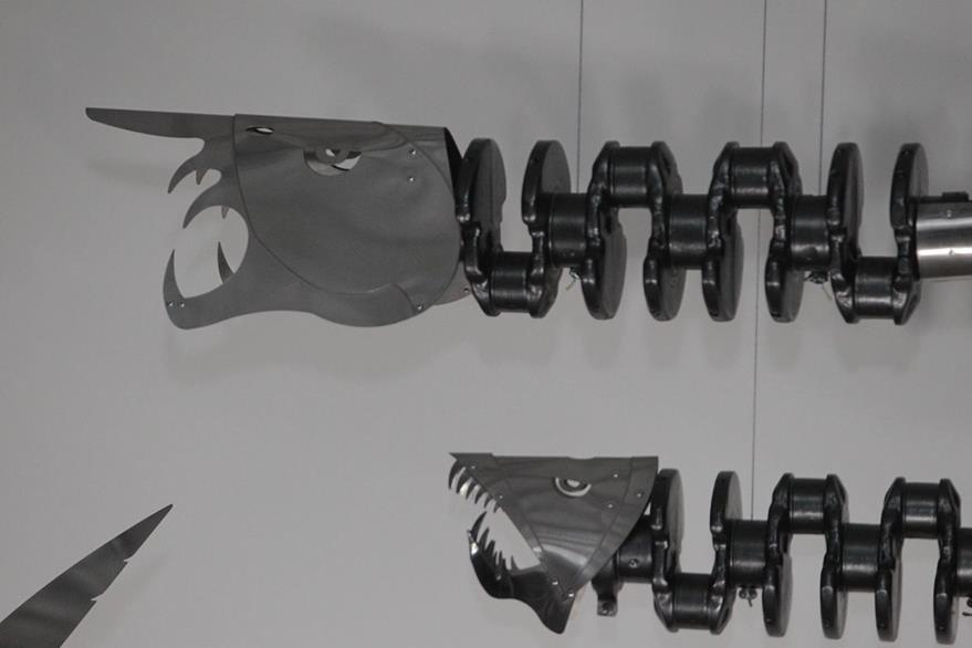 Piezas de motores y de acero pulido conforman las piezas escultóricas. (Foto Prensa Libre: Edwin Castro).